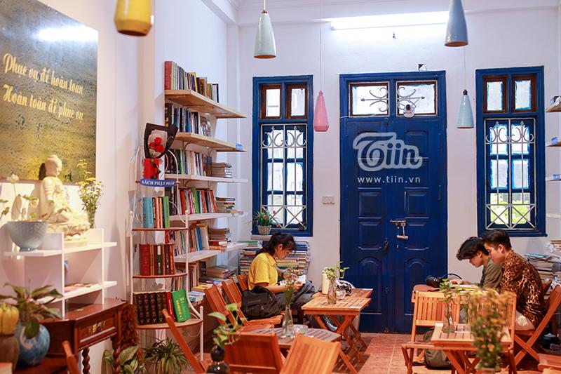 Nằm trên tầng 2 số nhà 66 phố Chùa Láng, Hà Nội, thư viện miễn phímỗi ngày đều thu hút rất đông người dân đến đọc sách.