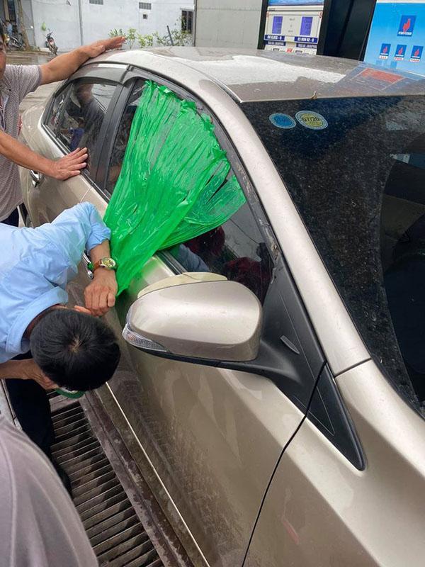 Người tái xế taxi dùng thủ thuật mở cửa xe giúp ông bố