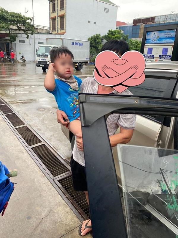 Cậu bé khá hoảng loạn khi được đưara khỏi xe.