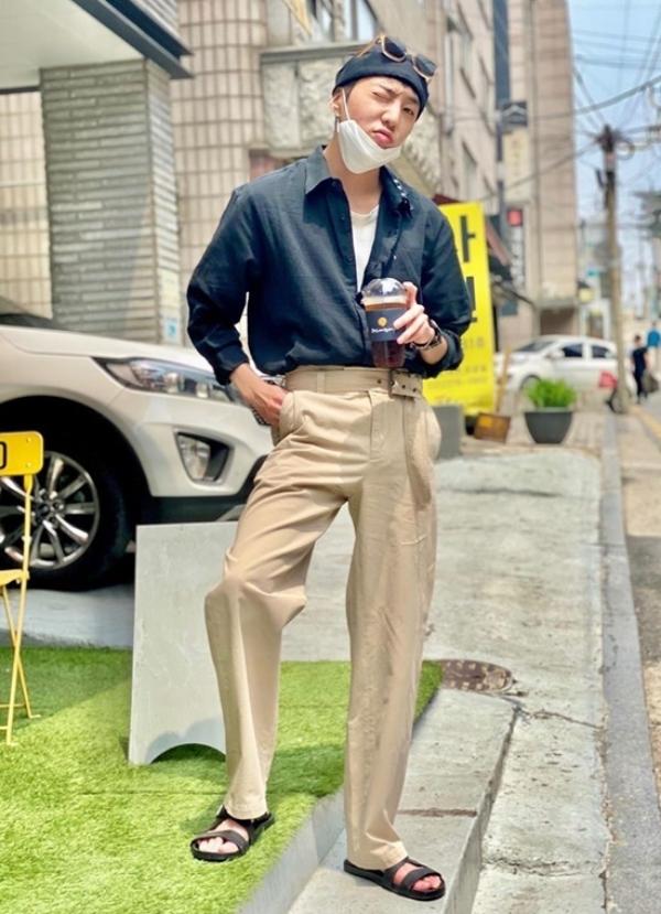 Kang Seung Yoon dạo phố thật phong cách với set sơ mi hở cúc và quần kaki beige.