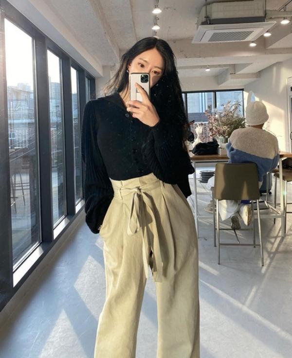 Hyomin giữ phong độ mặc đẹp với áo len tay dài kiểu thủ thư sơ vin với quần kaki cạp cao buộc nơ. Set đồ đơn giản và rất dễ ứng dụng.