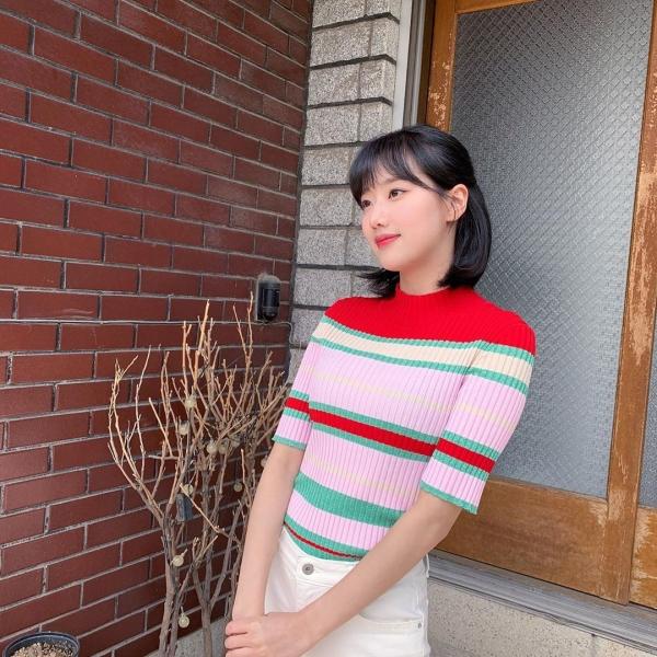 Khi mặc áo len nhiều màu thì bạn nên phối với quần trắng đơn giản như Naeun (April).
