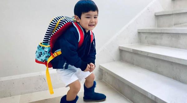 Đan Trường đeo balo đi học tới siêu thị cùng ba mẹ