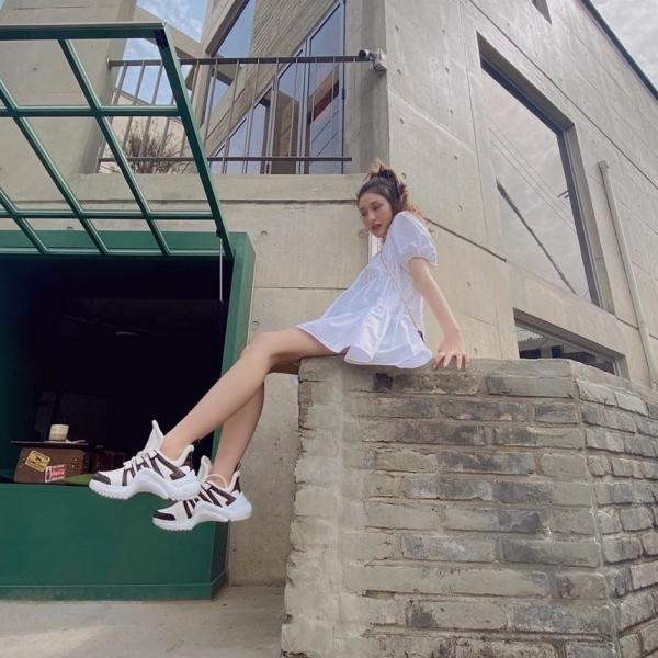 Mặc đầm babydoll, Somi phối thêm đôi giày thể thao oversized hàng hiệu.