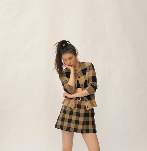Suzy comeback ấn tượng với nhiều ảnh tạp chí, quảng cáo xinh đẹp rạng ngời. Nữ Idol khoe ảnh trong set váy áo ca rô màu nâu và đen của Dior.