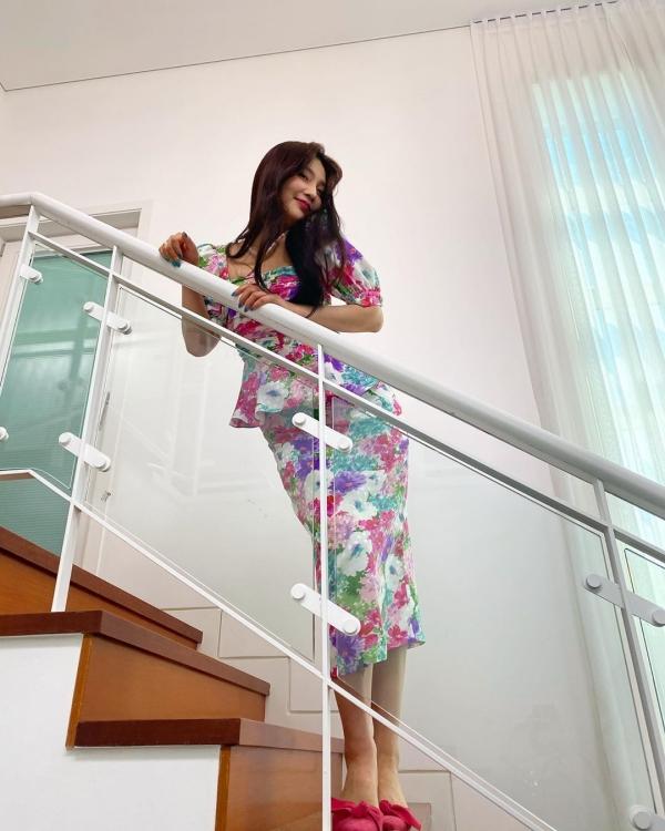 Mặc dù được khen ngợi thần thái tươi tắn rạng ngời nhưng set váy áo hoa hòe sặc sỡ của Joy lại cộng thêm tuổi, cũng không hợp với dáng của nữ Idol.