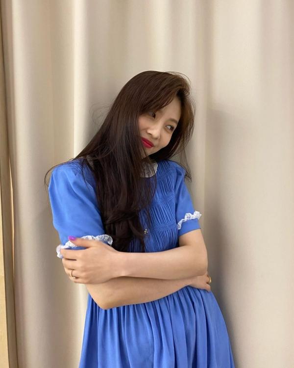 Có thể hiểu vì sao stylist thường cho Joy mặc váy ngắn, ôm sát. Nữ Idol không quá hợp với kiểu váy bồng bềnh có tay.