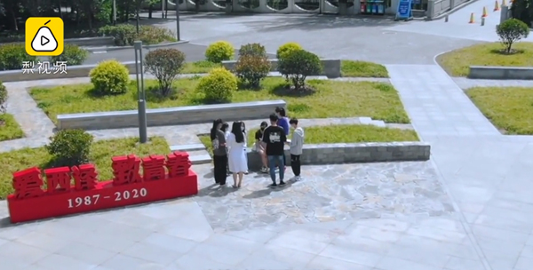 Flycam nhắc nhở:'Các bạn sinh viên ơi, khoảng cách an toàn là 1m, sau mùa dịch tụ tập cũng chưa muộn'.