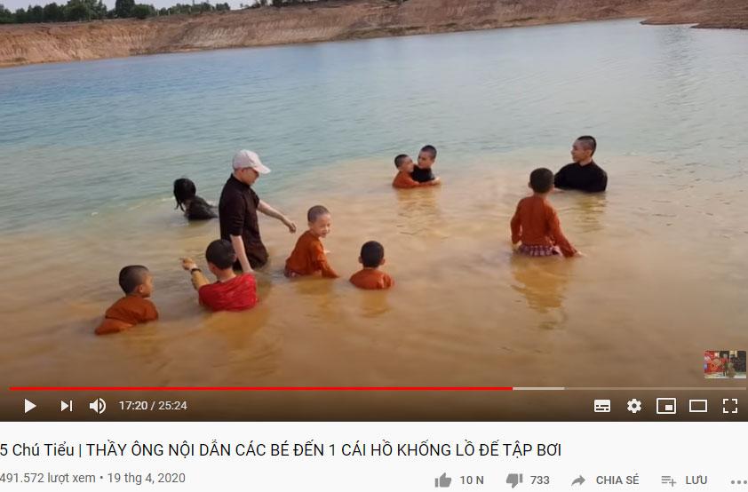 Người thân của 5 chú tiểu đưa các em ra giữa hồ tập bơi.