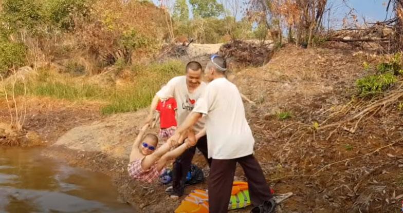 Choáng với cảnh dạy bơi của những 'sư thầy' Tịnh thất Bồng Lai: Quăng thẳng xuống hồ mà không hề khởi động! 2