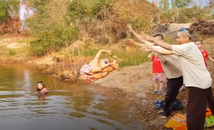Nhóm người quăng chú tiểu xuống hồ mà không có bất cứ phần khởi động nào...