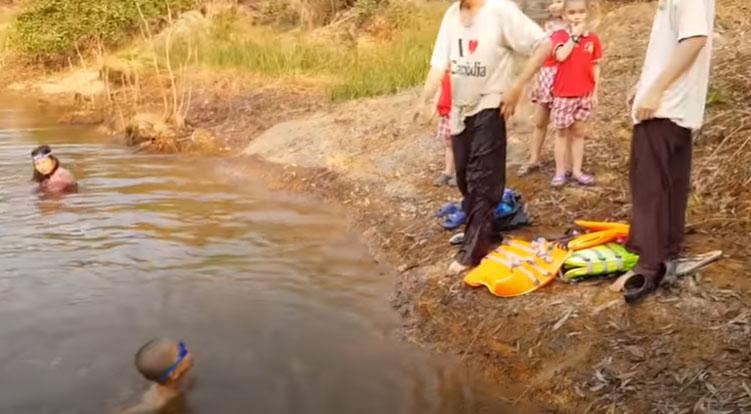 Chú tiểu Minh Tâm chới với một lúc rồi cũng tự bơi được vào bờ.