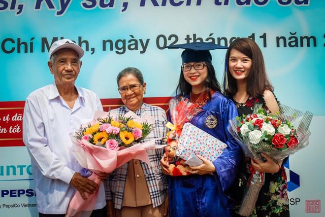 Hai ông bà trong ngày tốt nghiệp của cháu gái