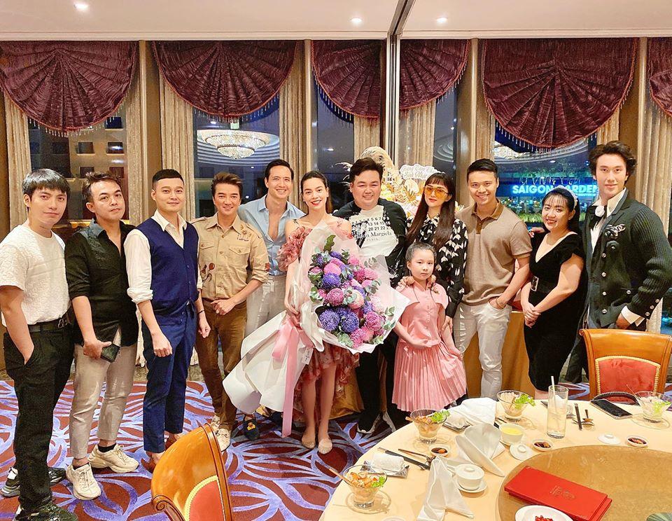 Trong lần xuất hiện mới đây nhất Hà Hồ đi giày bệt và khéo léo che chăn bụng bầu khi chụp hình cùng bè bạn