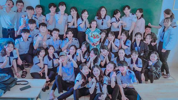 Cô và trò học sinh lớp 12 C chụp ảnh kỷ niệm trước khi chia tay.