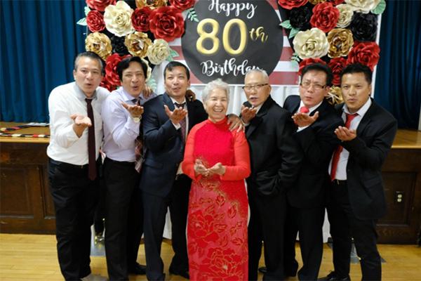 Tấm ảnh chụp các thành viên trong gia đình ông bà Ngo.