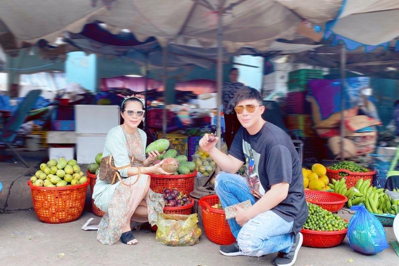Người hâm mộ cũng rất bất ngờ khi gặp gỡ Nathan Lee và Mỹ Lệ bởi sự thân thiện, gần gũi trong giao tiếp. Cặp đôi cũng mua nhiều trái cây để ủng hộ và tặng tiền mặt cho bà con khó khăn.