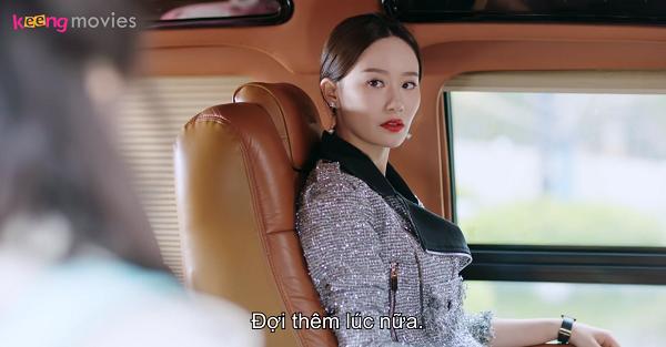 Lộ Na ngồi ngoài xe, đợi Tống Lẫm chạy ra năn nỉ mình làm đại sứ.
