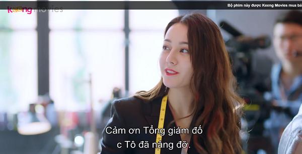 Trong lúc Chu Phóng đang làm bài thi thì Tô Dữ Sơn bước vào trường quay khen lấy khen để cô nàng. Như thế này thì có thí sinh nào không nghi ngờ?