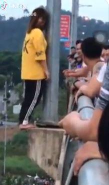 Cô gái đứng trên cầu có ý định tự tử.