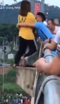 Cô gái nhanh chóng được chàng trai cứu giúp.
