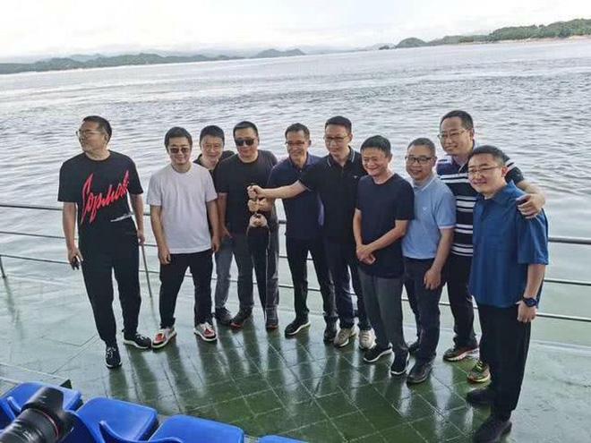 Tưởng Phàm (áo trắng, ảnh bên phải) trong chuyến du ngoạn cùng với Jack Ma.
