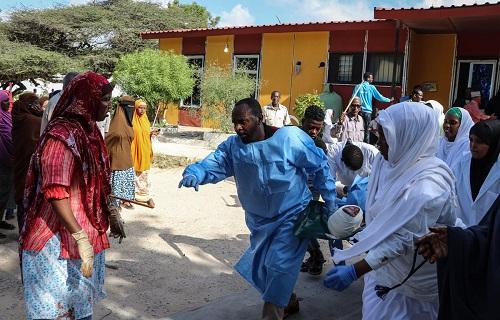 Nhân viên y tế cấp cứu người bị thương trong vụ nổ bom. Ảnh: AFP