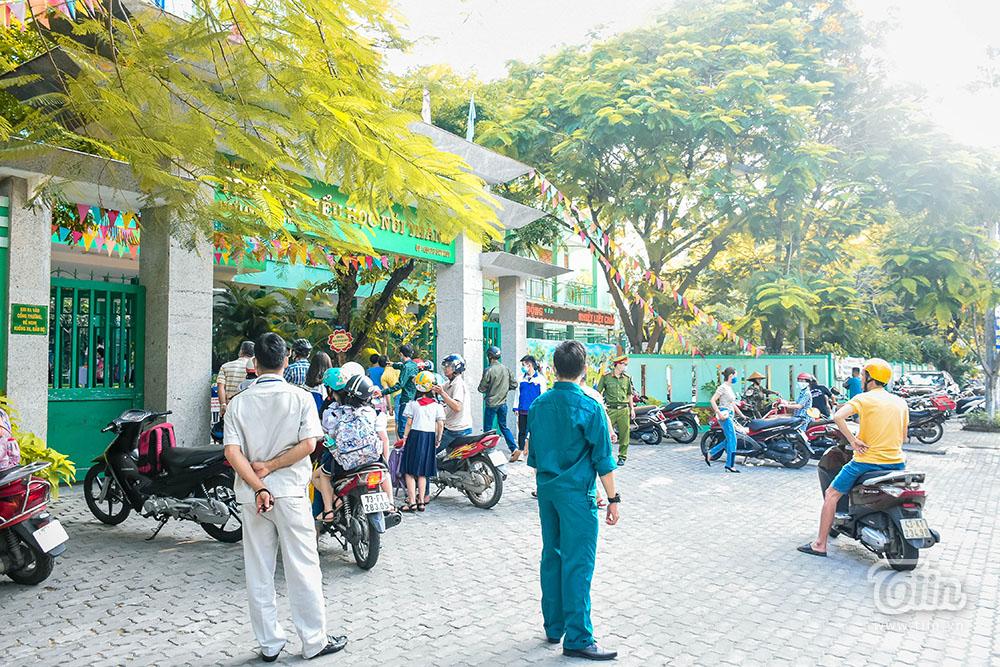 Để trường học là nơi an toàn và tăng thêm sự an tâm với phụ huynh, việc sử dụng cây xanh phù hợp ở từng thời điểm sẽ là bài toán phải được đưa lên bàn cân.
