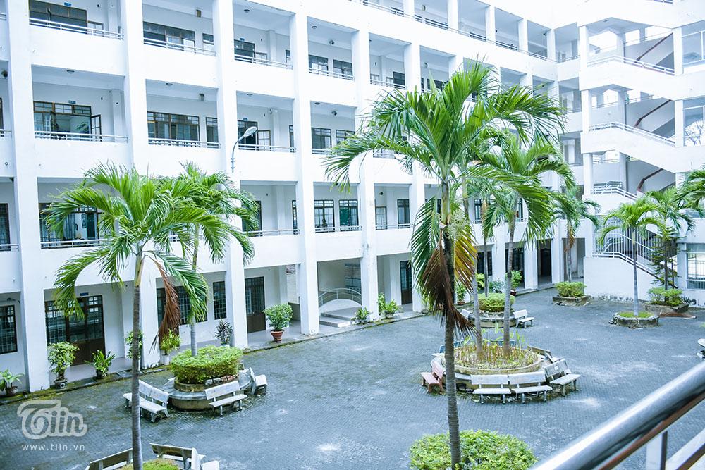 Khuôn viên trường THPT Phan Châu Trinh, Đà Nẵng