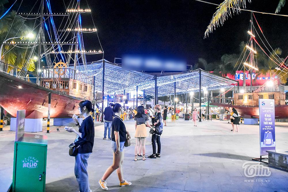 Là trung tâm giải trí về đêm dành cho giới trẻ và các hộ gia đình thành phố, khu chợ đêm nằm trên đường Phan Đăng Lưu hút khách sau thời gian phải đóng cửa do ảnh hưởng dịch bệnh Covid-19.