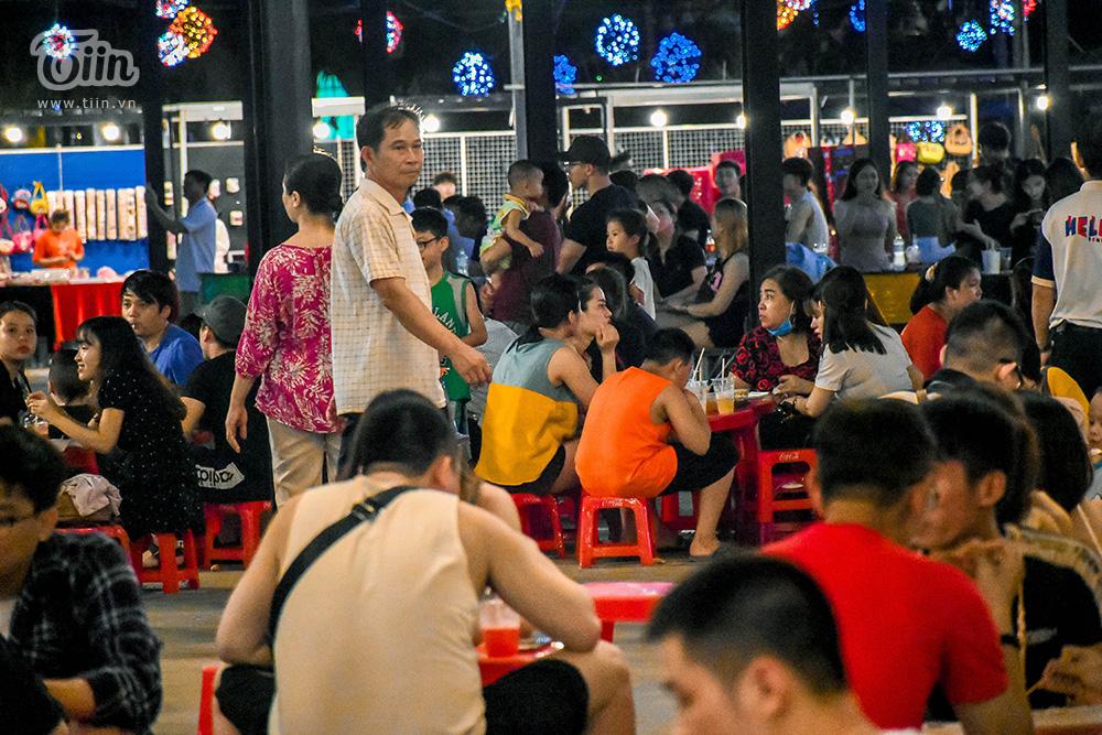 Bên trong khu chợ đêm, không khí nhộn nhịp ở các gian hàng, lượng khách bắt đầu đông và ổn định trở lại. Chủ hàng phấn khởi, các nhân viên cũng vui mừng vì có công việc làm trở lại.