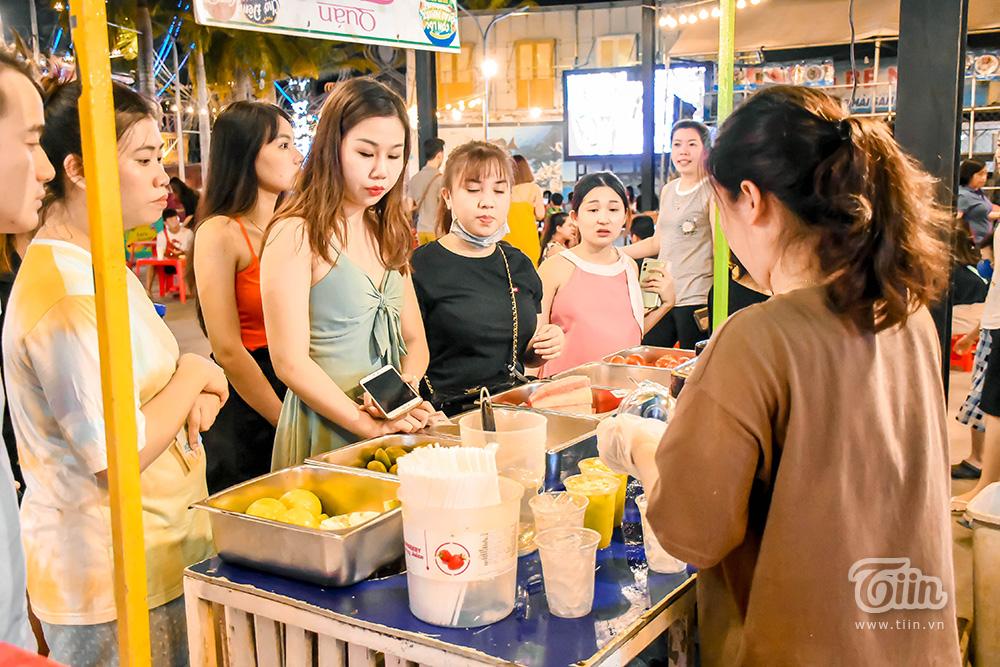 Hoạt động mua bán diễn ra sôi nổi, theo nhiều nhân viên ở đây vào những ngày cuối tuần lượng người đổ về chợ đêm càng đông hơn, thu nhập cũng được cải thiện đáng kể.