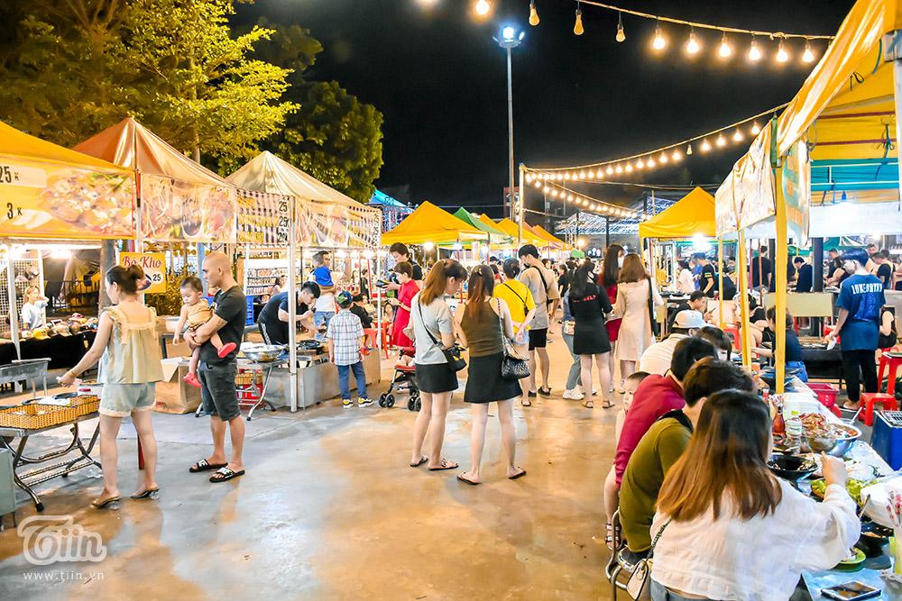 Toàn cảnh khu chợ đêm Đà Nẵng trong những ngày hoạt động trở lại.