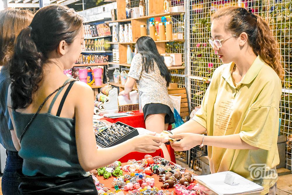 Mở cửa đón khách sau thời gian dài nghỉ dịch, chợ đêm Đà Nẵng khởi động nhộn nhịp mùa cao điểm du lịch 16