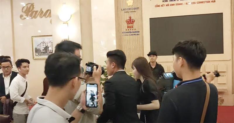 Huỳnh Anh - Quang Hải tay trong tay xuất hiện tại Lễ trao giải Quả bóng vàng 2020.