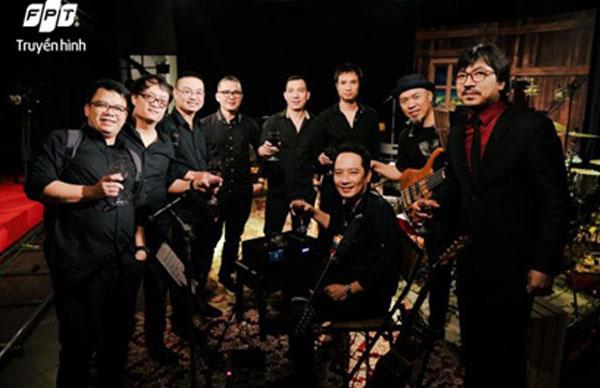 MC Đinh Tiến Dũng – Cù Trọng Xoay bên cạnh ban nhạc Anh Em, những thành viên nòng cốt của show Music Home trong suốt 2 mùa qua.