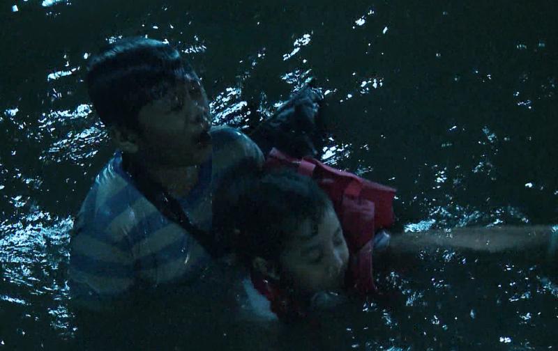'Mẹ ghẻ' tập 17: 'Giận tím người' khi Diệu vì cứu con ghẻ mà để con ruột bị nước cuốn trôi 3