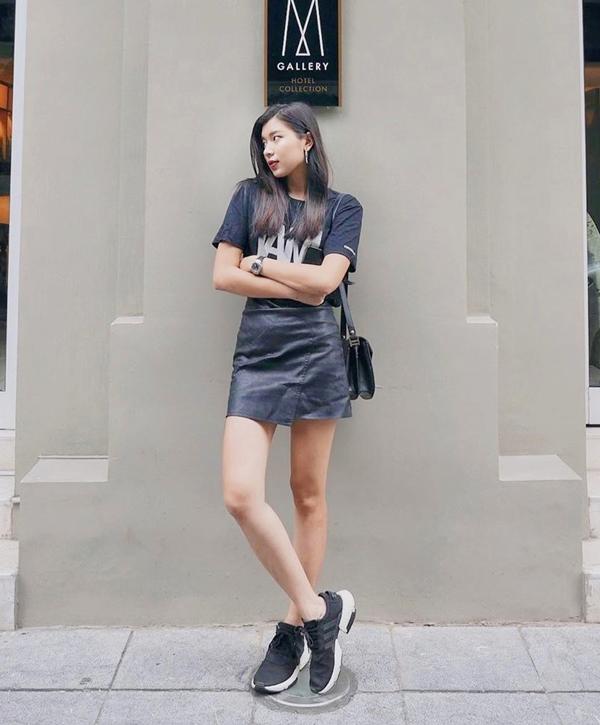 Đồng Ánh Quỳnh lăng xê xu hướng all black với combo áo thun, chân váy da và giày thể thao đen toàn tập.