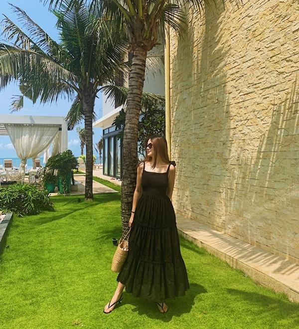 Phương Khánh thả dáng nhẹ nhàng trong chiếc đầm maxi quai dây tông đen đơn giản cho chuyến đi nghỉ dưỡng mới đây. Cô nàng mix trang phục cùngtúi cói và dép xỏ ngón, tạo nên bộ cánh mùa hè vừa mát mẻ thoải mái lại quyến rũ phóng khoáng.