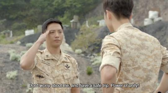 Lật lại 9 khoảnh khắc 'tình tứ' của Song Joong Ki và Jin Goo trong 'Hậu duệ mặt trời' 8