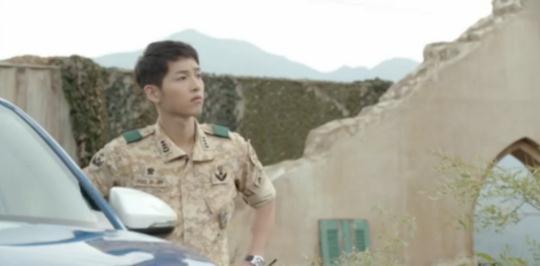 Lật lại 9 khoảnh khắc 'tình tứ' của Song Joong Ki và Jin Goo trong 'Hậu duệ mặt trời' 7
