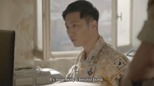 Lật lại 9 khoảnh khắc 'tình tứ' của Song Joong Ki và Jin Goo trong 'Hậu duệ mặt trời' 13