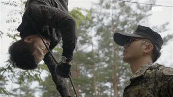 Lật lại 9 khoảnh khắc 'tình tứ' của Song Joong Ki và Jin Goo trong 'Hậu duệ mặt trời' 11