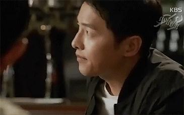 Lật lại 9 khoảnh khắc 'tình tứ' của Song Joong Ki và Jin Goo trong 'Hậu duệ mặt trời' 15
