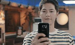 Lật lại 9 khoảnh khắc 'tình tứ' của Song Joong Ki và Jin Goo trong 'Hậu duệ mặt trời' 17