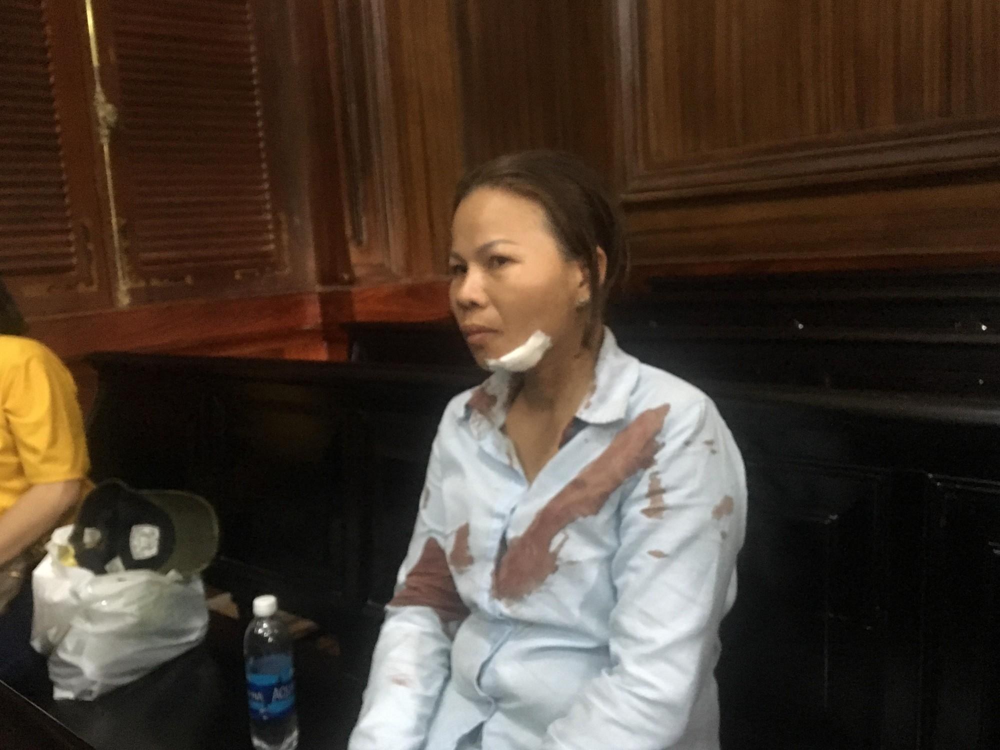 Vợ bị cáo bị người nhà bị hại đánh đổ máu tại toà.