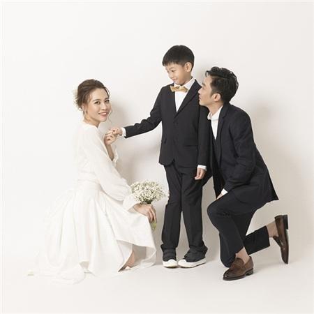 Subeo nắm tay Đàm Thu Trang, không hề giữ khoảng cách với vợ sắp cưới của bố.