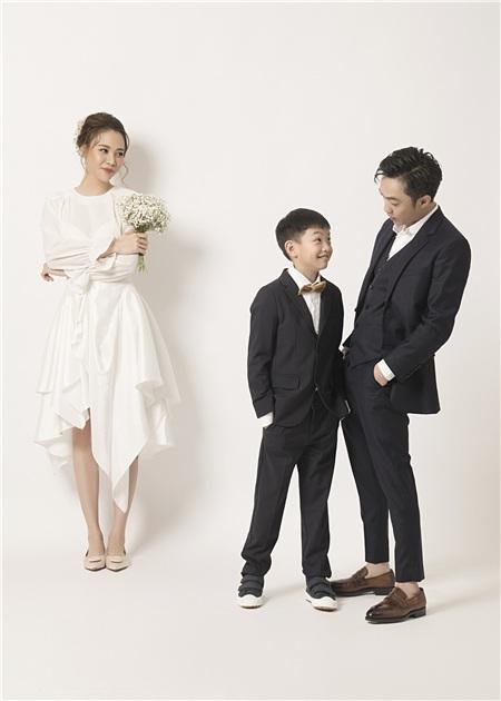 Hai bố con Cường Đôla tạo dáng tinh nghịch, đáng chú ý là ánh mắt ngập tràn yêu thương của Đàm Thu Trang