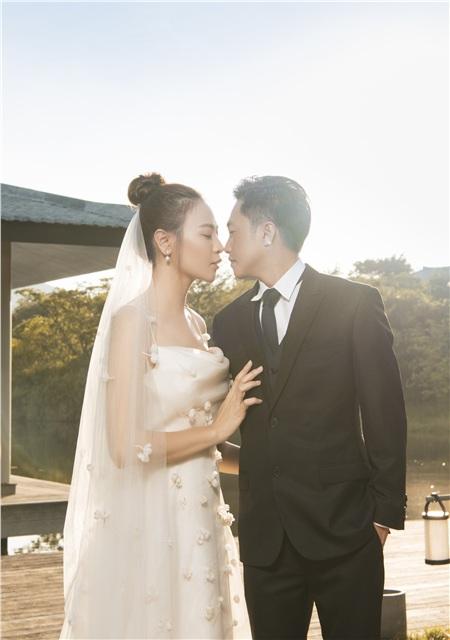 Bộ ảnh ngoại cảnh cũng được vợ chồng Cường Đôla đầu tư hoành tráng không kém.