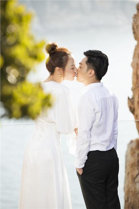 Cặp đôi cũng tranh thủ ghi lại những khoảnh khắc ngọt ngào bên bờ biển, nơi Cường Đôla cầu hôn Đàm Thu Trang.